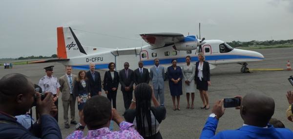 Les officiels gabonais devant le Dornier allemand qui participe à la campagne scientifique au Gabon @ Gabonactu.com