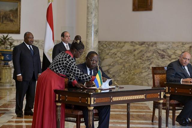 Le ministre gabonais des affaires étrangère observé durant la signature par les deux chefs d'Etat @ DCP