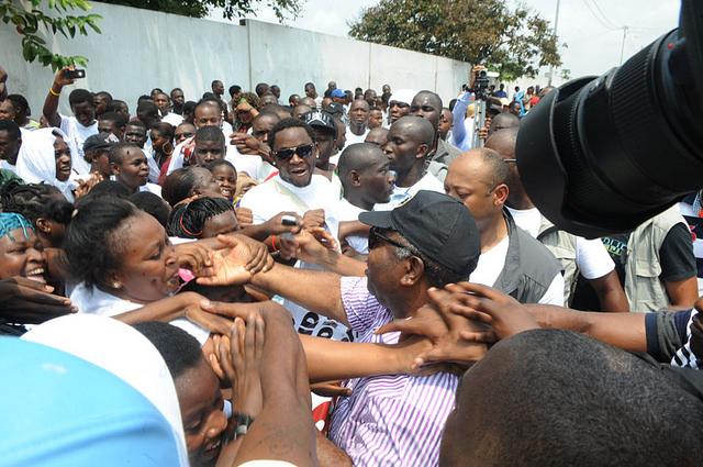 Ali Bongo s'offre un bain de foule à Cocotier et un bref entretien avec Gérard Ella Nguéma