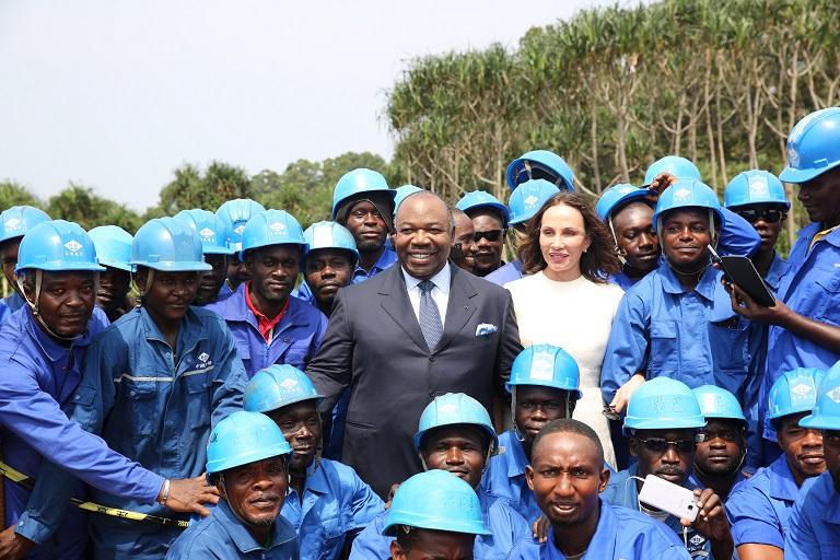 Le couple présidentiel posant avec quelques  ouvriers qui réalisent l'ouvrage@ DCP