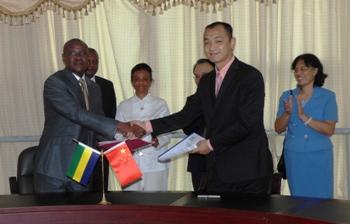 Olivier Mouketou Mouketou et Wang Bo après la signature @ Gabonactu.com