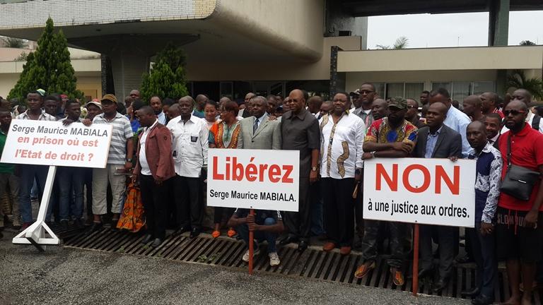 Les membres de famille de Serge Maurice Mabiala, ceux  d'Héritage et Modernité ainsi que leurs sympathisants au terme de la conférence de presse le 16 janvier 2016 à Libreville @ Gabonactu.com
