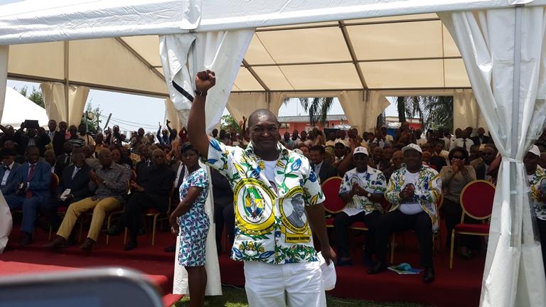 """Au cours de la cérémonie, Serge Maurice  Mabiala, ancien qui a passé """"injustement'' selon ses camarades 5 mois à la prison central de Libreville a été considéré comme leur Héros @ Gabonactu.com"""
