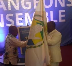 Faustin Boukoubi (g) remettant l'emblème du parti à Ali Bongo Ondimba @ Gabonactu.com