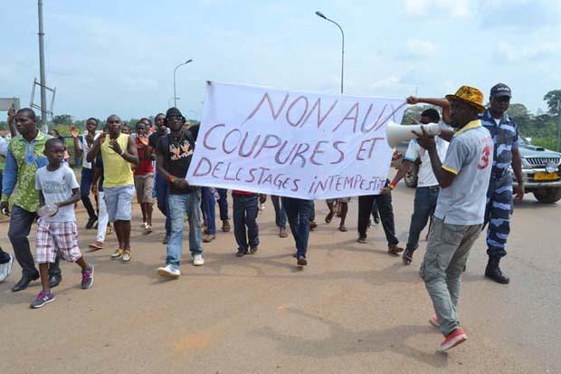 En juin 2015, des coupures intempestives similaires avaient poussé les populations excédées  de Mouila à manifester @ AGP