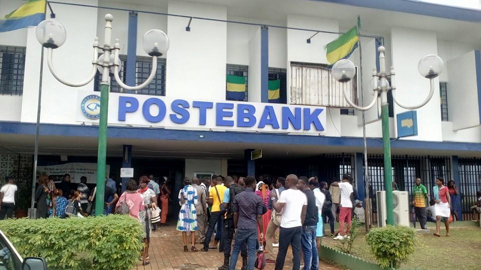 Un jour de fin de mois devant Poste Bank au centre ville de Libreville @ Gabonactu.com