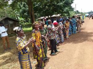 Les villageois ont mis leurs beaux vêtements pour accueillir leur hôte @ Facebook Jean Ping