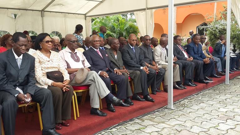 Le candidat Nzouba Ndama qu'entouraient MM. Eko (gauche) et Kassa Mapassi (droite) ainsi que plusieurs opposants @ Gabonactu.com