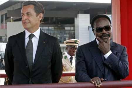 Photo légendaire d'Omar Bongo et Sarkozy à Libreville regardant chacun dans sa direction lors d'une cérémonie protocole à l'aéroport de Libreville @ DR