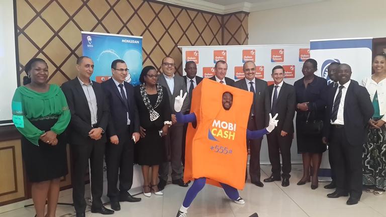 Photo de famille entre les responsables deux entreprises après la signature du partenariat @ Gabonactu.com