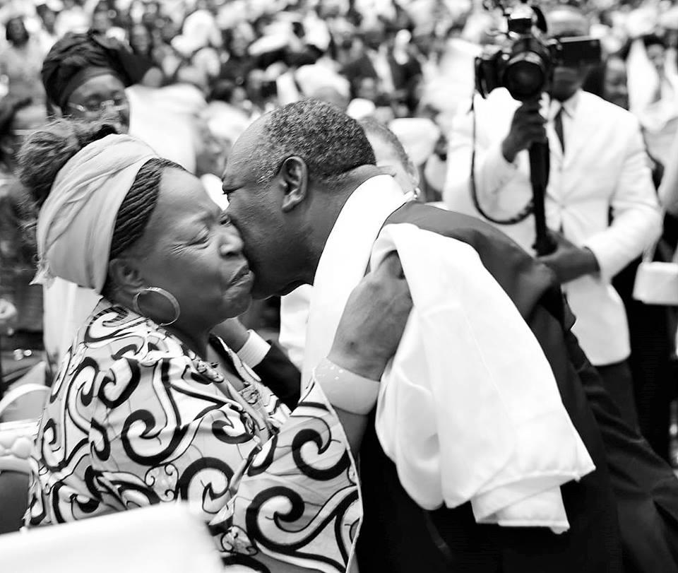 Fête des mères : Ali Bongo envoie un texto à la nation