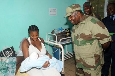 Ali Bongo Ondimba au chevet dune patiente et son bébé @ DCP
