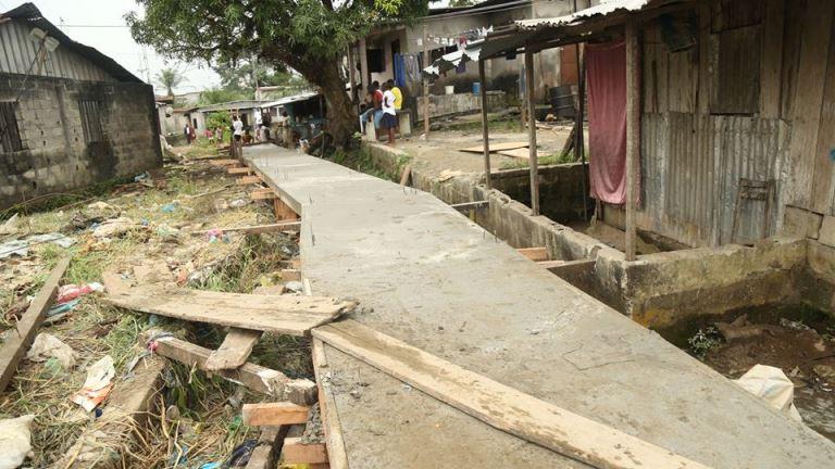 Une des passerelles construites par par AJEV dans le quartier la Sorbonne et Mont6bouet @ Facebook/AJEV Gabon