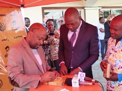 Alain Foka dédicaçant son oeuvre @ Gabonactu.com