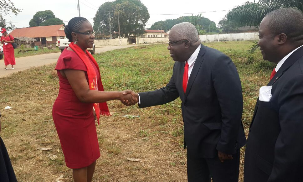 Augustine Mamboundou félicite Mathieu Mboumba Nziengui pour sa victoire