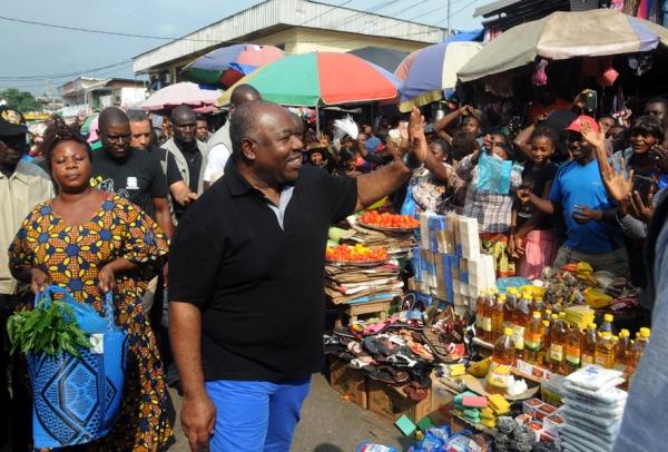 Ali Bongo en opération de charme au marché Mont Bouët