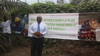 Ali Bongo et son régime de noix de palme @ Gabonactu.com