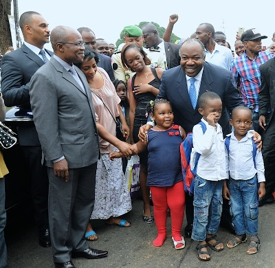 Ali Bongo et des enfants qui iront désormais à l'école sur une route bitumée @ DCP
