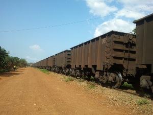 Vue partielle d'un train de transport de manganèse @ Gabonactu.com