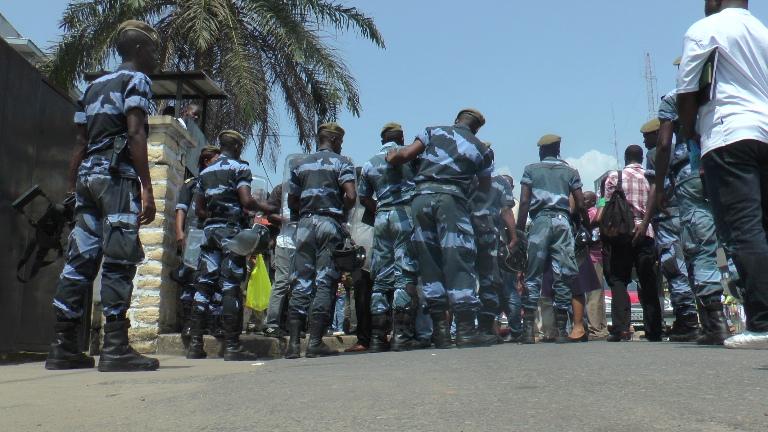 Plusieurs policiers étaient mobilisés le 23 décembre 2014 pour sécuriser les locaux de la PJ @ Gabonactu.com