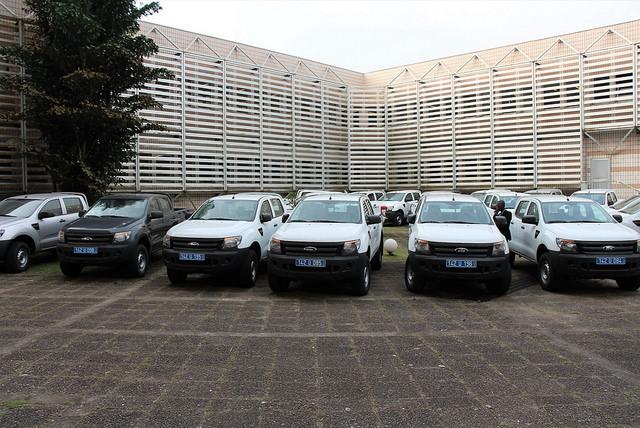 100 véhicules et du matériel informatique pour les 9 provinces du Gabon