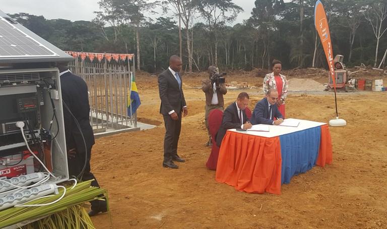 Le président de l'ARCEP et le DG de Gabon Télécom procédant à la signature de la convention sur site @ P.M