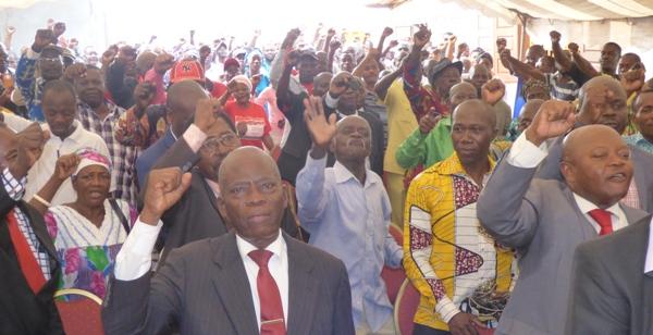 Les militants de Bruno Ben Moubamba chantant l'hymne nationale @ Gabonactu.com
