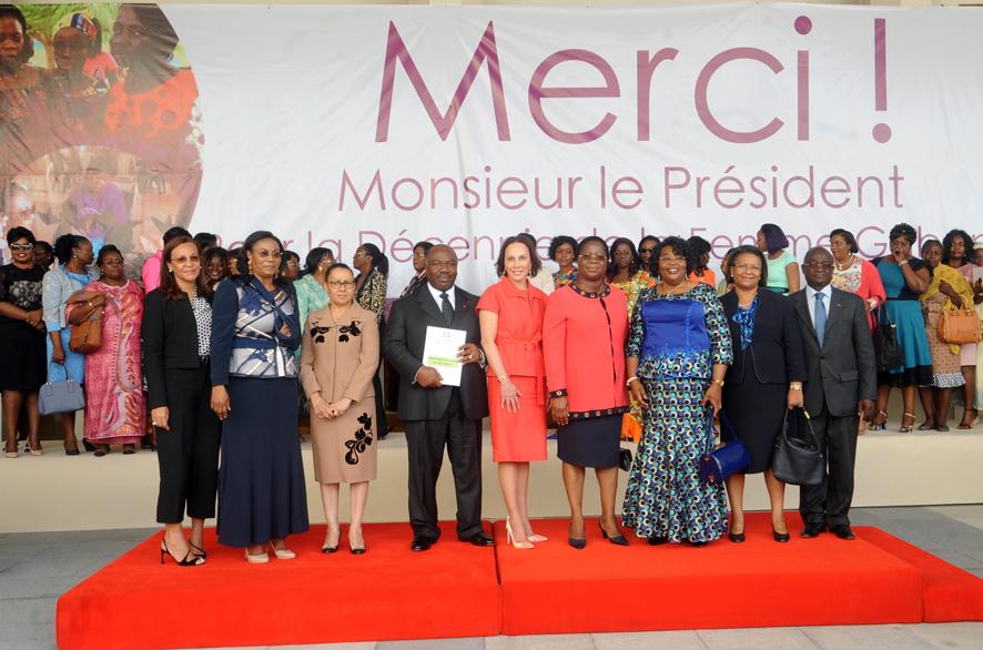 Une vue des femmes posant avec le couple présidentiel @ DCP