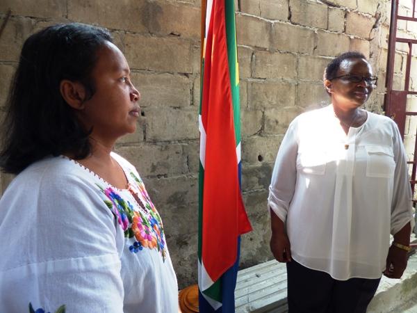 L'ambassadeur d'Afrique du sud (lunettes) à côté du drapeau sud-africain dans l'orphelinat @ Gabonactu.com