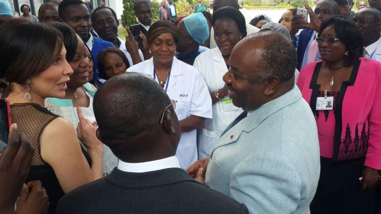 Le couple présidentiel s'entretenant avec le personnel médical après la phase d'inauguration du CHU d'Owendo @ Gabonactu.com