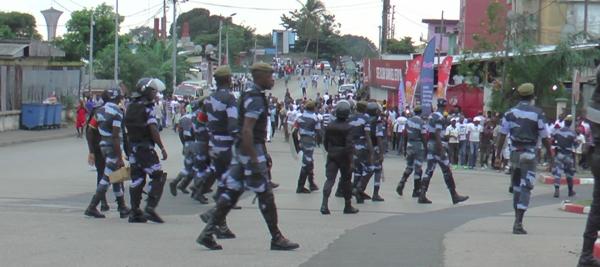 Les manifestants se dirigeants vers le rond point de la démocratie @ Gabonactu.com
