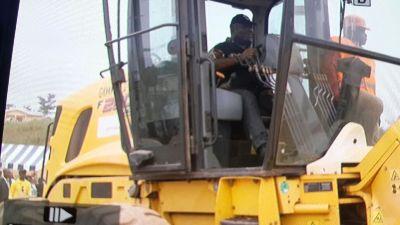 Ali Bongo Bongo Ondimba lançant les travaux de la route Tchibanga - Moabi @ Gabonactu.com