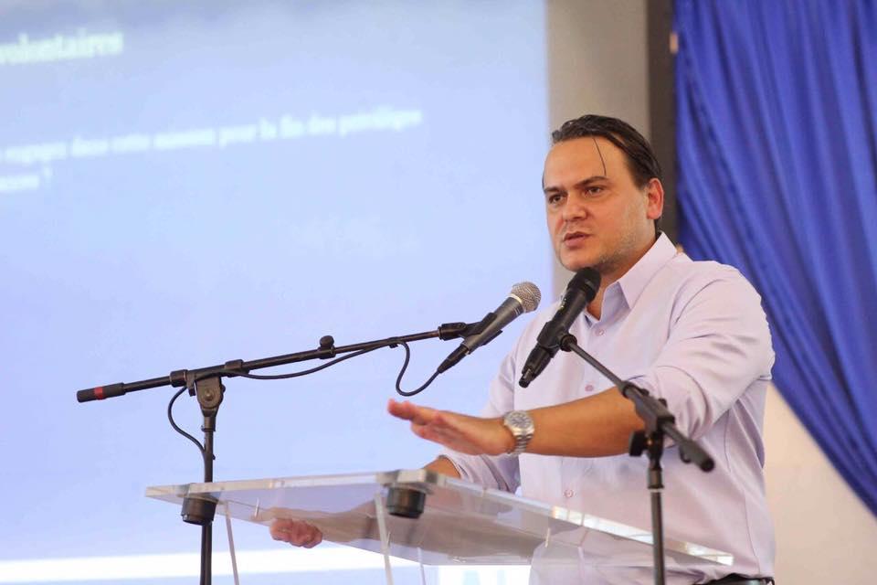 Le président de l'AJEV sensibilisant les membres des mouvements associatifs @ Facebook AJEV