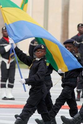 Un élève militaire portant le drapeau national @ DCP