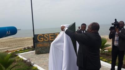 Ali Bongo Ondimba dévoilant la plaque commémorative @ Gabonactu.com