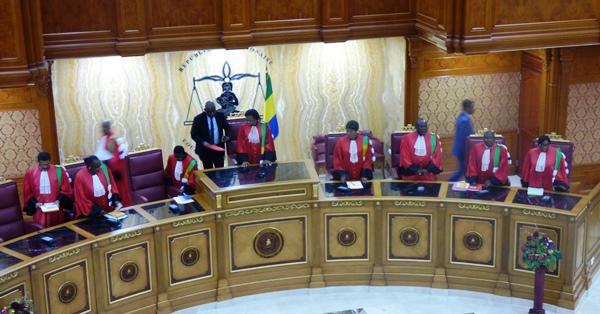 Les membres de la Cour constitutionnelle peu avant leur décision vendredi dans la nuit @ Gabonactu.com