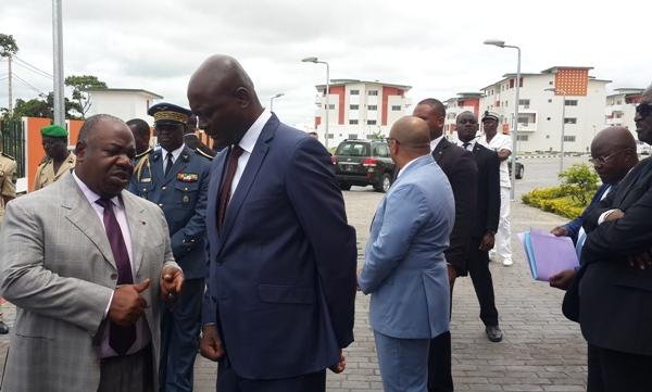 Ali Bongo visite une cité financée par le CDC à Libreville