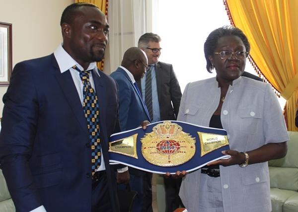 Taylor Mabika présente sa ceinture de champion du monde de boxe à Nicole Assélé