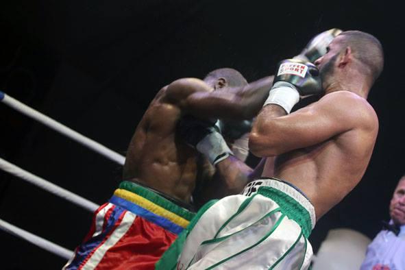 Championnat du Monde de boxe WBF : Taylor Mabika terrasse le franco-algérien Zine Eddine Benmakhlouf