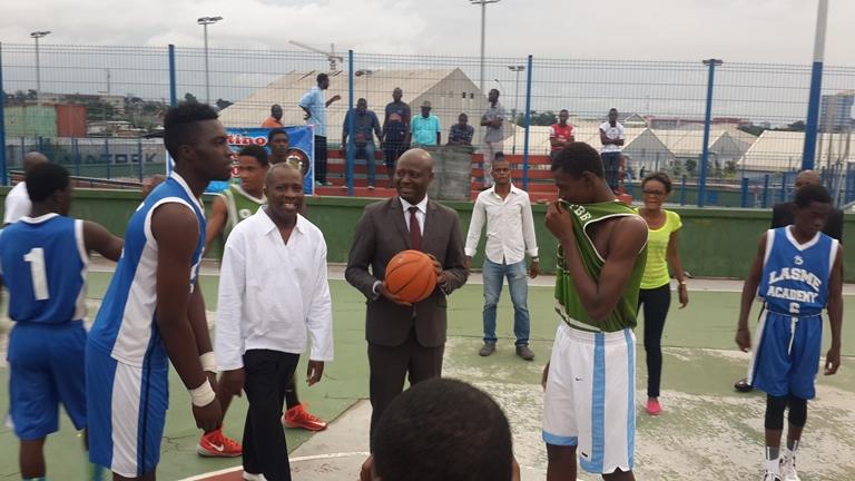 M. Moubamba accompagné du président de la Fédération gabonaise de basketball, Mendoua Nzé, a donné le coup d'envoi de la compétition sur les installations sportives de l'université Omar Bongo de Libreville @ Gabonactu.com