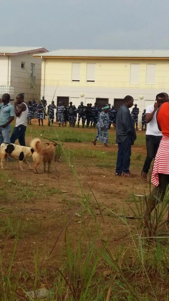Les policiers avant l'intervention musclée @ Facebook Infos Kinguélé