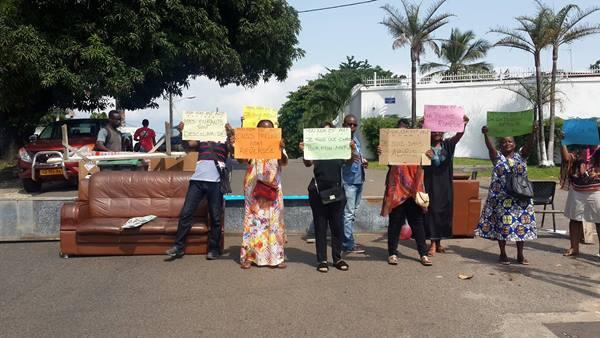 Grève à l'AGP : mobilier et personnel dans la rue pour réclamer 8 mois d'arriérés de salaires