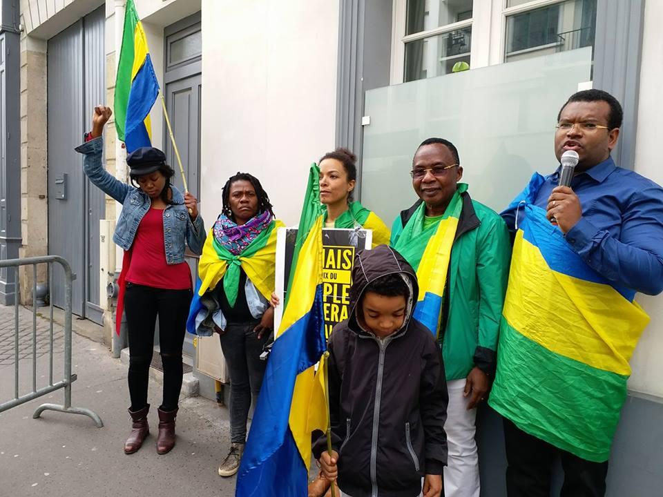 Des gabonais de Paris ont demandé à Macron de ne jamais recevoir Ali Bongo au palais de l'Elysée
