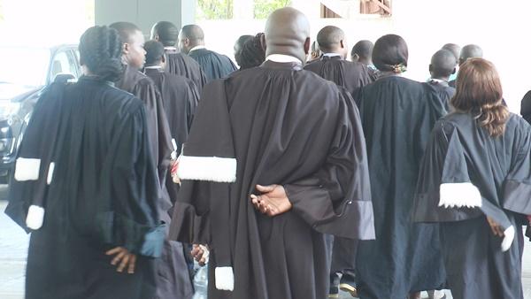 Ali Bongo lance des diatribes contre les médecins et les magistrats