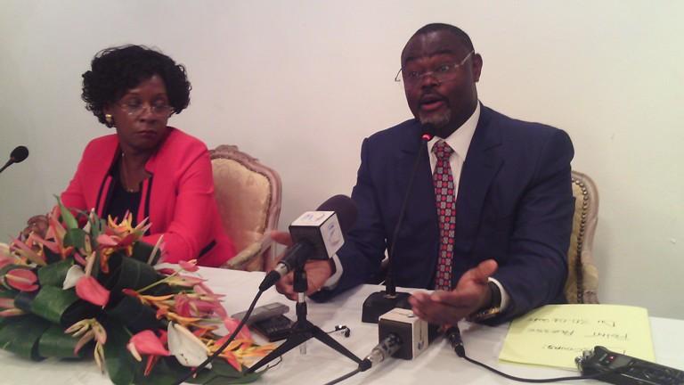 Hervé Patrick Opiangah devant la presse pour parler de Jean Ping