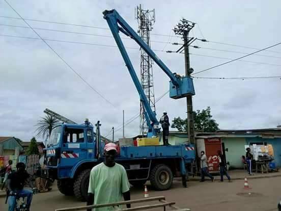 Patrick Eyogo Edzang apporte  l'éclairage public à Bitam