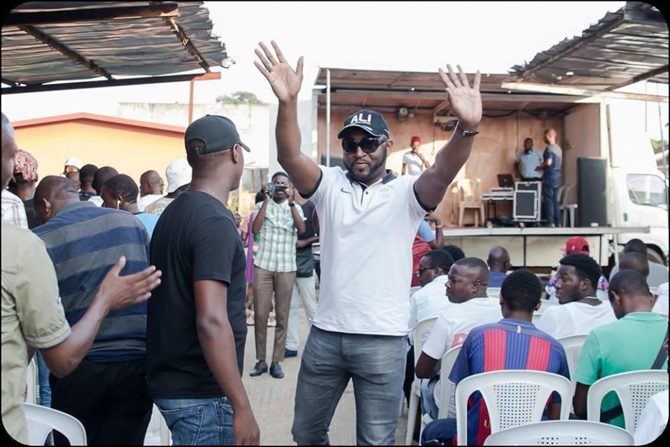 Viré de la tête de l'UJPDG, Vivien Amos Péa courtise Ali Bongo