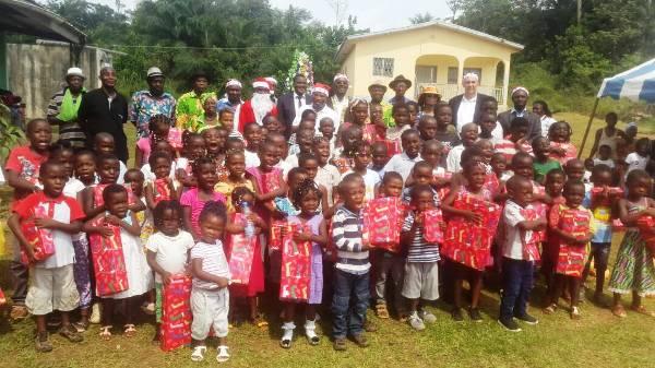 Le Rotary Club Libreville doyen en père Noel à l'école Saint André de Mebba