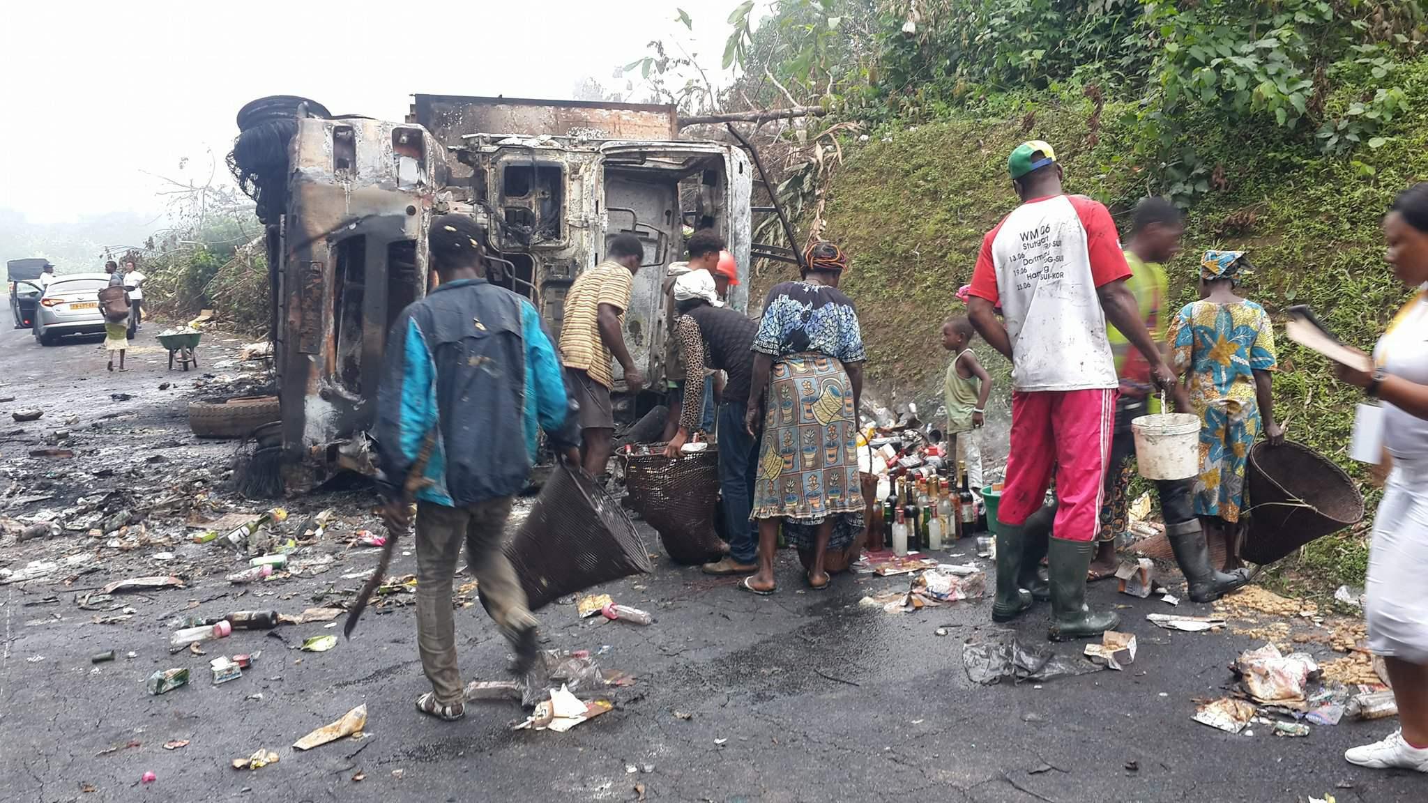 Un camion de distribution du groupe CECA GADIS prend feu en pleine circulation à Bifoun