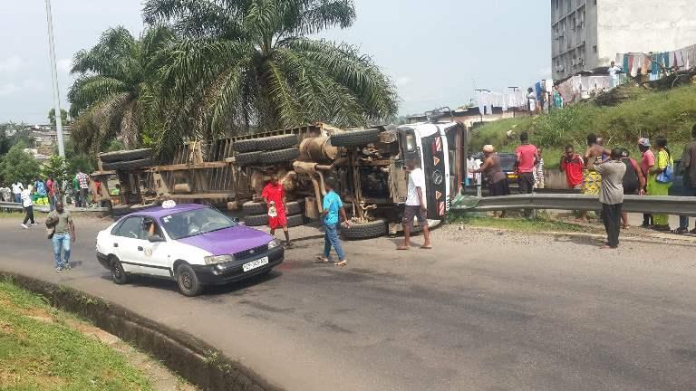 Un camion semi-remorque lourdement chargé et à vive allure rate le tournant de l'échangeur du Pk5